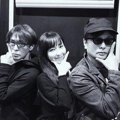 左から砂原良徳、麻生久美子、TOWA TEI。