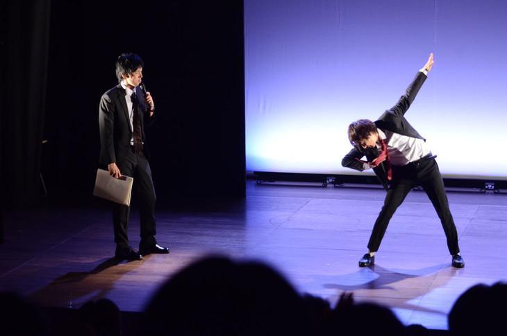 DA PUMPの「U.S.A.」を踊る高佐(右)と困惑する尾関(左)。