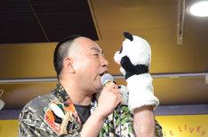 パンダと見つめあうレイザーラモンRG。