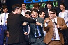 とろサーモン久保田(手前左)とミキがもみ合いを展開した場面。