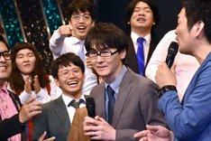 「実はメガネをずっと上下逆にかけていた」という出オチを披露するスーパーマラドーナ田中(中央)。