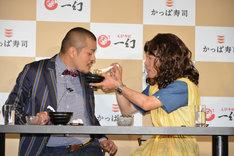 「かっぱ寿司デートミッション」でラーメンを食べさせてもらうカミナリまなぶ(左)。