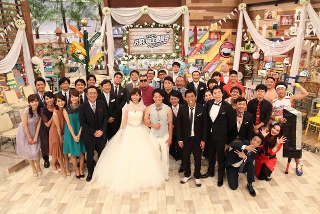 「さんまのお笑い向上委員会」で展開される、おばたのお兄さんと山崎夕貴アナ夫妻(中央)の結婚披露宴の出席者たち。(c)フジテレビ