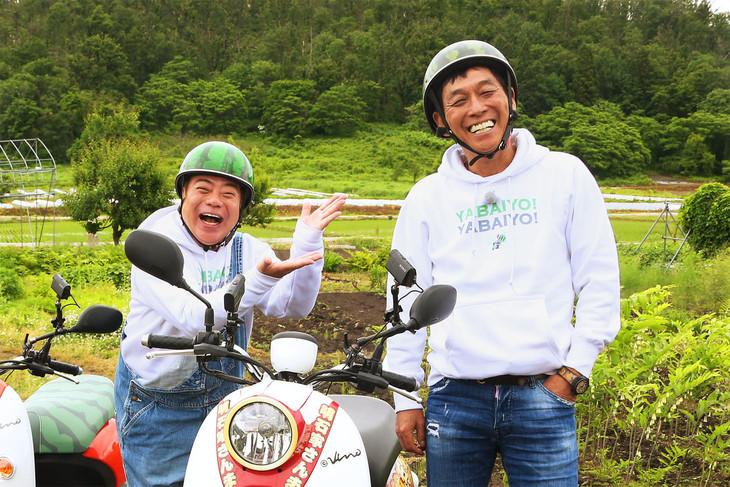 左から出川哲朗、明石家さんま。(c)テレビ東京