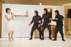ダチョウ倶楽部と神田愛花(左)。