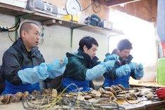 (左から)タカアンドトシ、佐々木健介。(c)UHB/YOSHIMOTO KOGYO