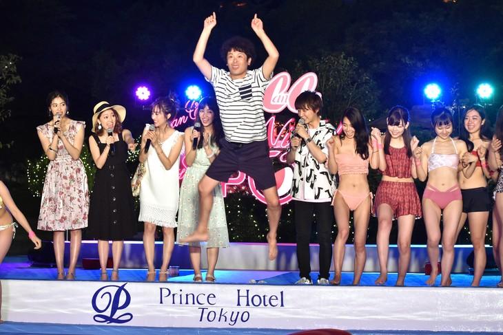 「CanCam×Tokyo Prince Hotel Night Pool」オープニングレセプションにてプール開き宣言の際、ガンダムのポーズでプールに飛び込む流れ星ちゅうえい(中央)。