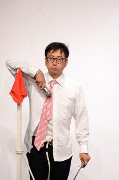 すべてのコーナーを終え、乱れながらもポーズを決めるおいでやす小田。
