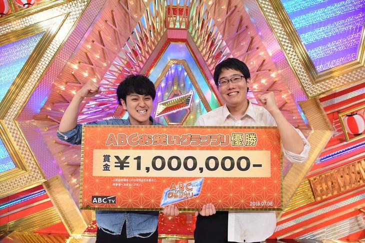 「第39回ABCお笑いグランプリ」で優勝したファイヤーサンダー。左から、藤田、崎山。(c)ABC