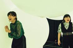 チームラボ プラネッツ TOKYO DMM.comを体験する水川あさみ(左)とブルゾンちえみ(右)。