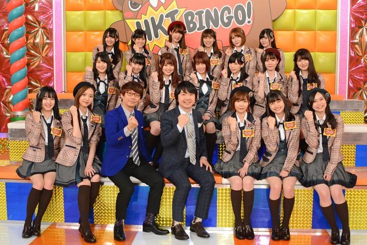 「HKTBINGO!」に出演する三四郎とHKT48。