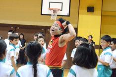 松葉小学校を訪れたサンシャイン池崎。