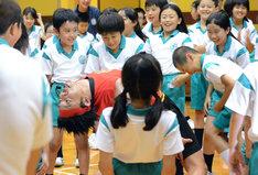 反るコツを児童に伝授するサンシャイン池崎。