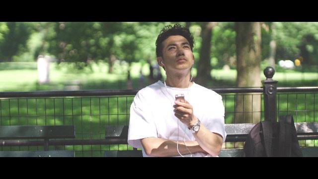 「AYABE × CHALLENGE」より、公園でくつろぐピース綾部。