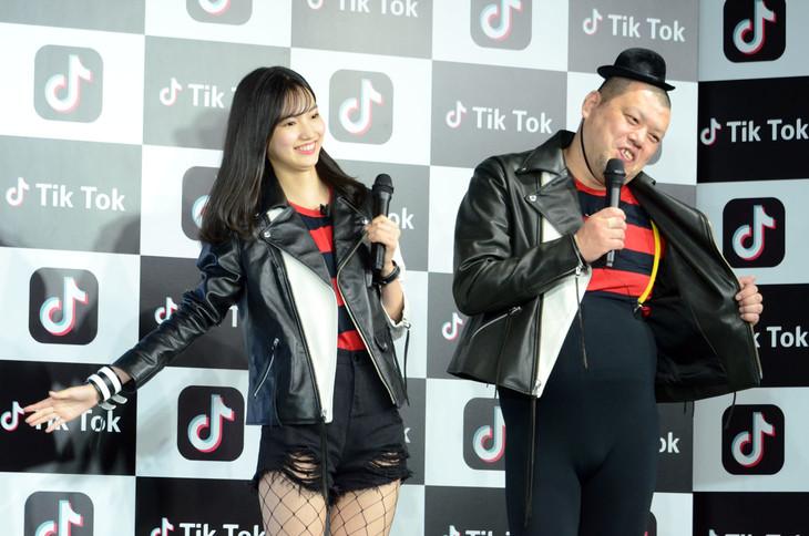 CMでも披露している双子コーデの黒木麗奈(左)と野性爆弾くっきー(右)。