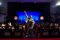 エンディングで観客に感謝を伝える浅越ゴエ。