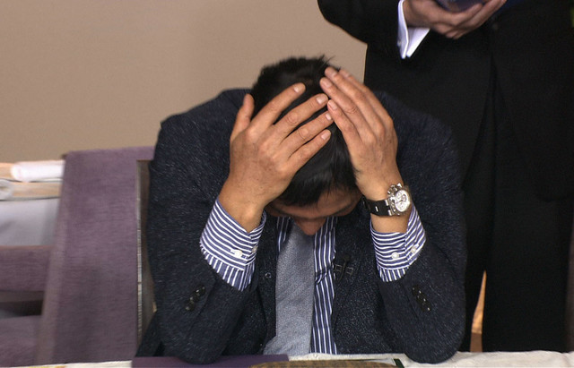 頭を抱える明石家さんま。(c)日本テレビ