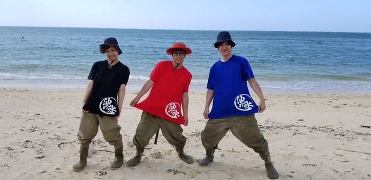 「池の水ぜんぶ抜く大作戦」Tシャツを着用するロンドンブーツ1号2号・田村淳(中央)ら。