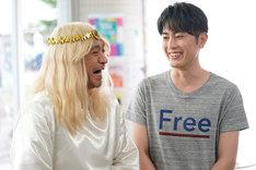 タウンワークのCM撮影中に笑い合う、ダウンタウン松本(左)と間宮祥太朗(右)。
