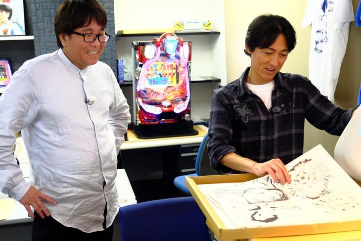 左から高橋陽一、ナインティナイン矢部。(c)2018 Animax Broadcast Japan.