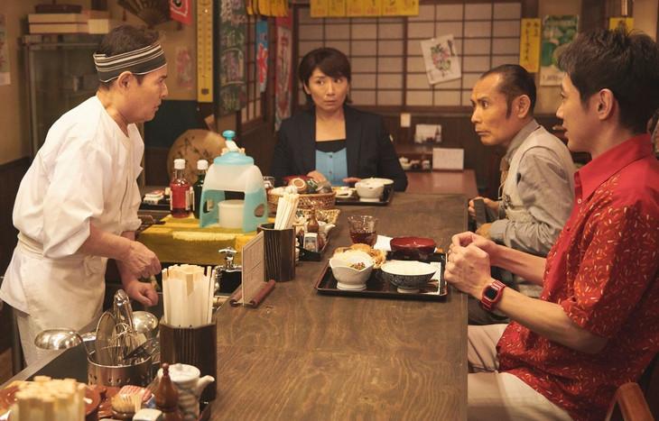 加藤茶(左端)と片岡鶴太郎(左から3人目)の共演シーン。(c)テレビ東京