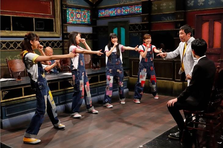 霜降り明星がゲスト出演する「桃色つるべ」で、ももいろクローバーZが歌を披露するワンシーン。(c)関西テレビ