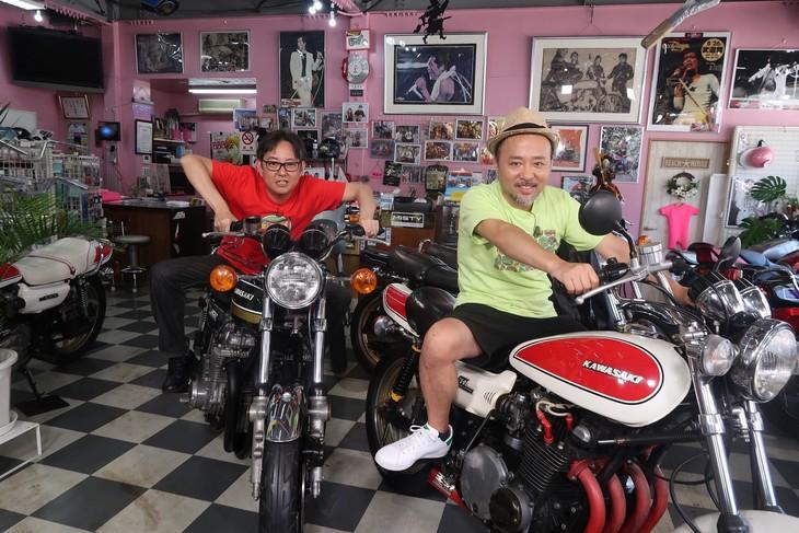 バイクにまたがる(左から)スージー鈴木、マキタスポーツ。(c)BS12