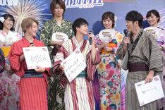 伊藤あさひ、結木滉星にツッコミを入れるココリコ田中(右)。