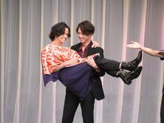 軽々と三浦涼介をお姫様抱っこする渡部秀。客席からは「フゥー!」と歓声が飛んだ。