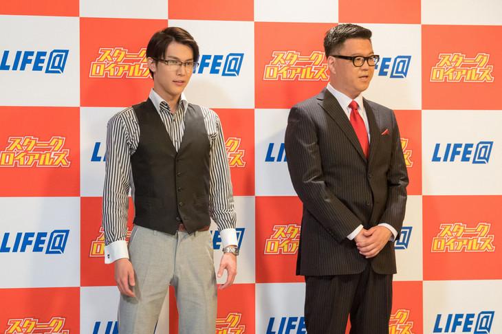コント「囲み取材」に出演する中川大志(左)とシソンヌ長谷川(右)。(c)NHK