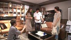 家具店でのワンシーン。(c)テレビ朝日