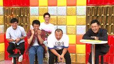くりぃむしちゅー上田とダイアン津田の様子を見つめる芸人たち。(c)テレビ朝日