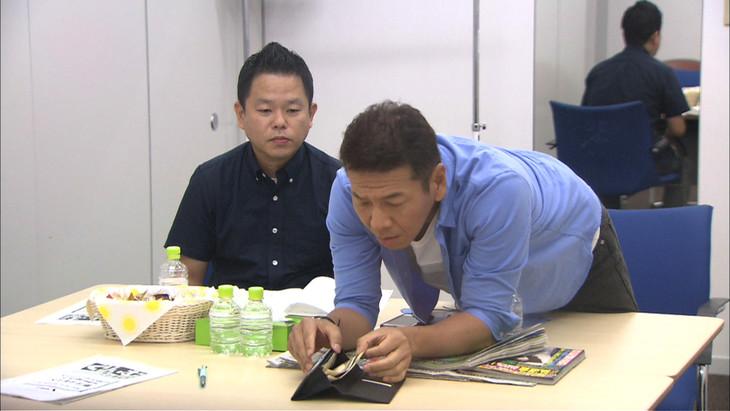 「くりぃむナンチャラ」の企画「裸の王様度チェック」で、他人の財布から金を盗む仕掛け人のくりぃむしちゅー上田(右)と、その様子を隠し撮りされるダイアン津田(左)。(c)テレビ朝日