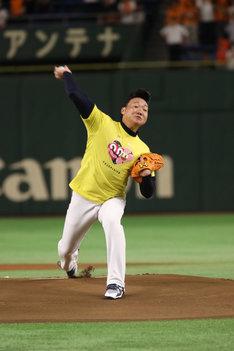 始球式で投球するANZEN漫才みやぞん。(c)日本テレビ