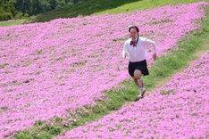 花畑を全力疾走する如月マロン。