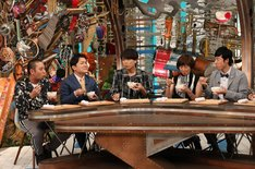 スタジオ出演者の千鳥(左端)ら。(c)関西テレビ