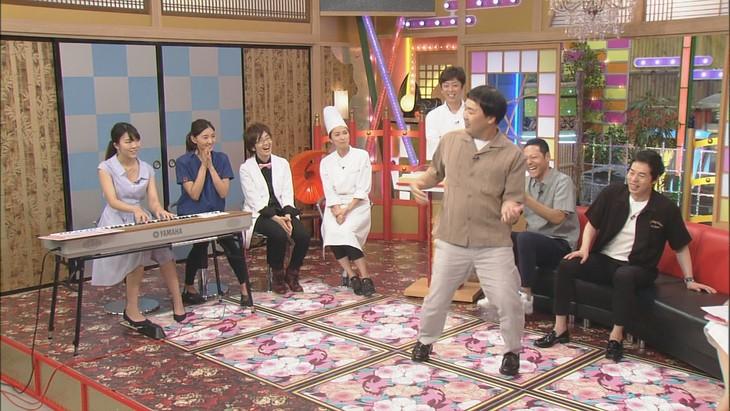 「本能Z」でキーボード演奏を披露するカニササレアヤコ(左端)と、舞うフットボールアワー岩尾。(c)CBC