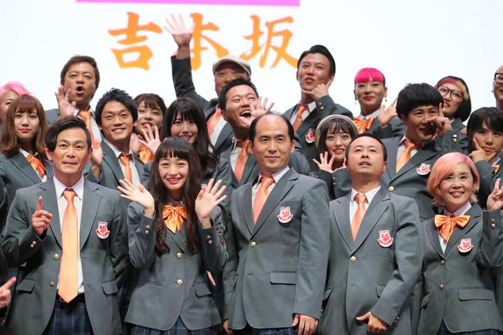 お披露目会後に行われたフォトセッションに臨む吉本坂46。暫定センターはスパイク小川(前列左から2人目)とトレンディエンジェル斎藤(前列左から3人目)。