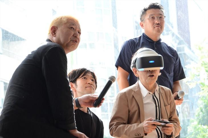 一般社団法人1964 TOKYO VRの「『タイムマシン体験会~2018年・夏』記者発表会」にて、VRで1964年の渋谷へタイムスリップする萩本欽一(手前右)。