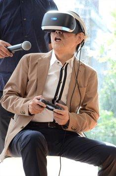 VRで1964年の渋谷にタイムスリップする萩本欽一。