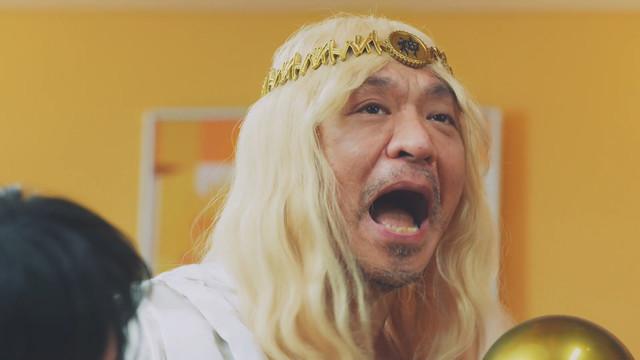 タウンワーク新CM「照れる篇」より、松本人志扮するバイトの神様。
