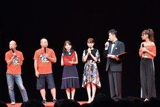 (左から)バイきんぐ、日比麻音子アナ、葵わかな、あべこうじ、池田美優。