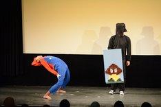 ゲームをテーマにしたネタを披露するサンシャイン池崎。