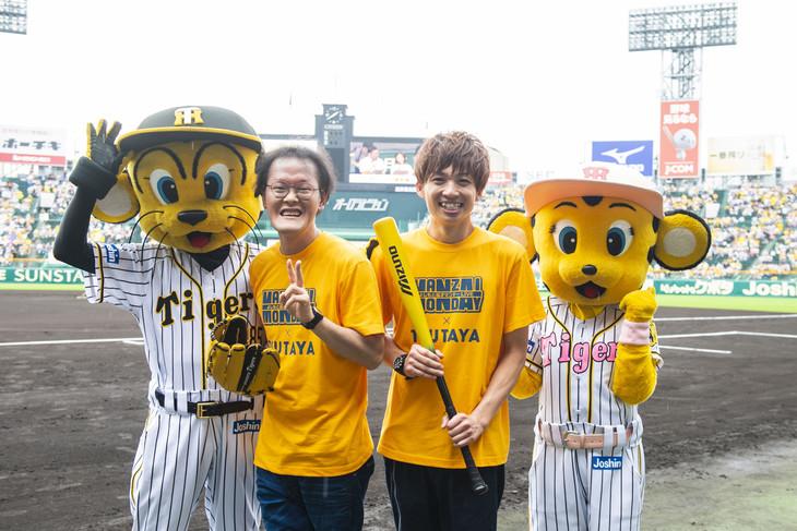 アインシュタインと阪神タイガースのマスコットキャラクター・トラッキー&ラッキー。