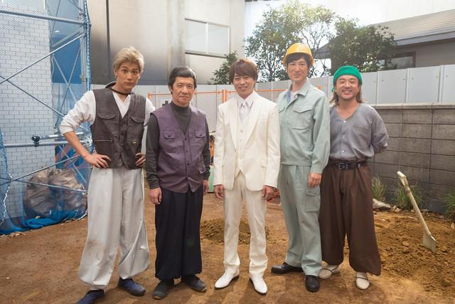 NHK「LIFE!」のコントに参加した(左から)中川大志、内村光良、櫻井翔、ココリコ田中、ムロツヨシ。(c)NHK