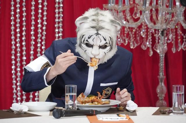 ホワイトタイガーの特殊メイクを施された田中圭。(c)日本テレビ