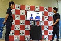 「笑イザップ」第1話の冒頭を観る(左から)小籔千豊、とろサーモン村田。