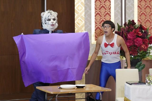 9月13日放送回より、ひょっこりはん(右)とのコラボに挑戦する田中圭(左)。(c)日本テレビ