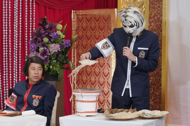 スルメイカを炙る田中圭(右)。(c)日本テレビ