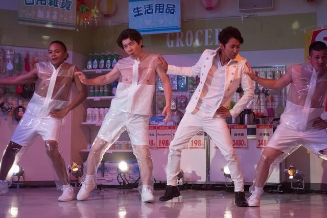NHK「LIFE!」のコントに参加した嵐の大野智(左から3人目)。(c)NHK